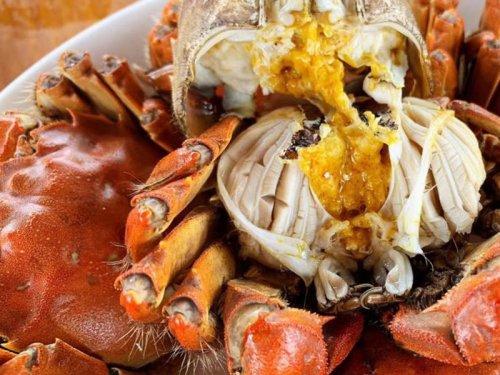 大闸蟹是整个蒸还是对半砍开